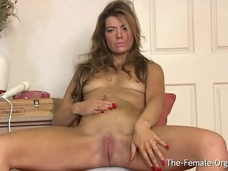 Fit MILF Masturbates Her Slit with the Wand to Orgasm