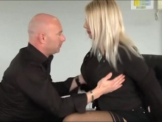 busty blonde Love Crystale branlette espagnole office